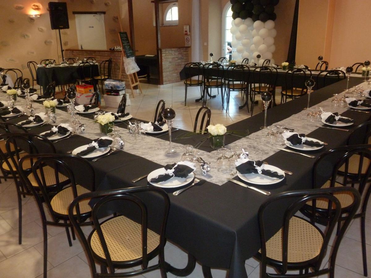 Aménagement de la salle de réception avec le positionnement des tables en carré<br>