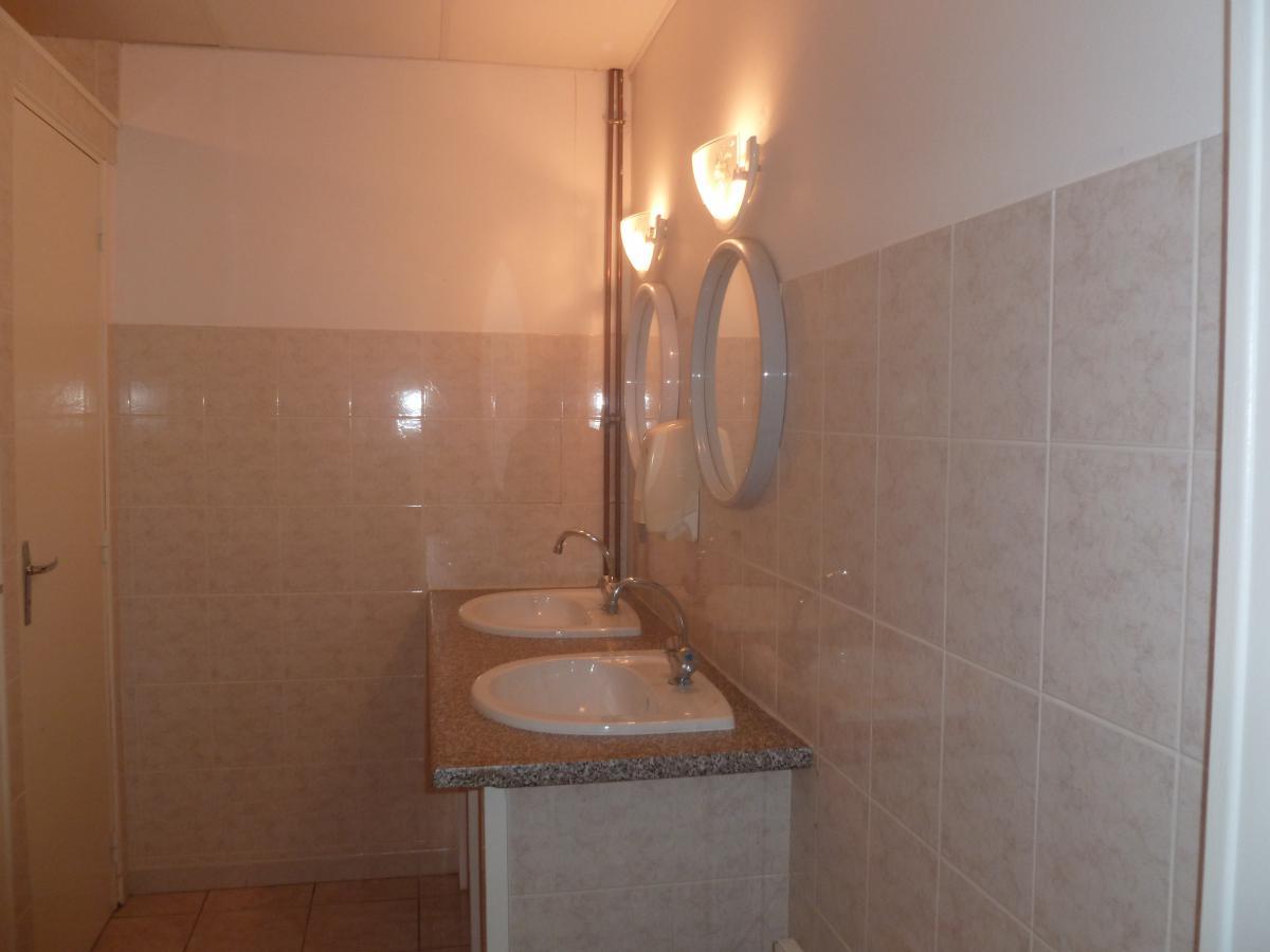 Salle de bain avec double vasque<br>