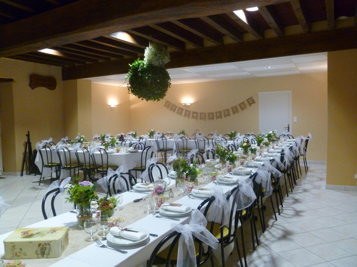 Une décoration champêtre, à l'occasion d'un mariage, qui convient particulièrement au cadre dans lequel vous accueillerez vos convives<br>